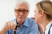 10044364-anda-infirmiere-de-parler-en-prenant-soin-d-un-vieil-homme-a-l-hopital-principal